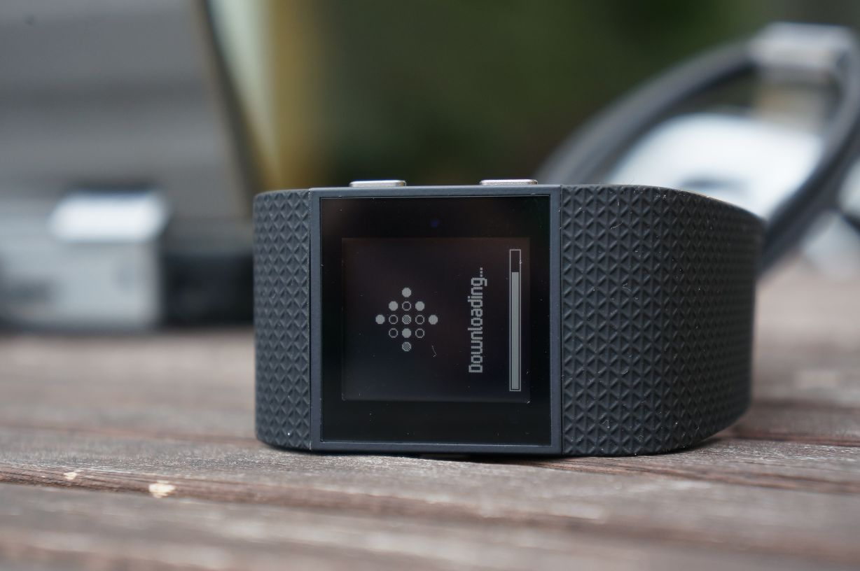 fitbit surge im test gps multisportler mit pulssensor. Black Bedroom Furniture Sets. Home Design Ideas